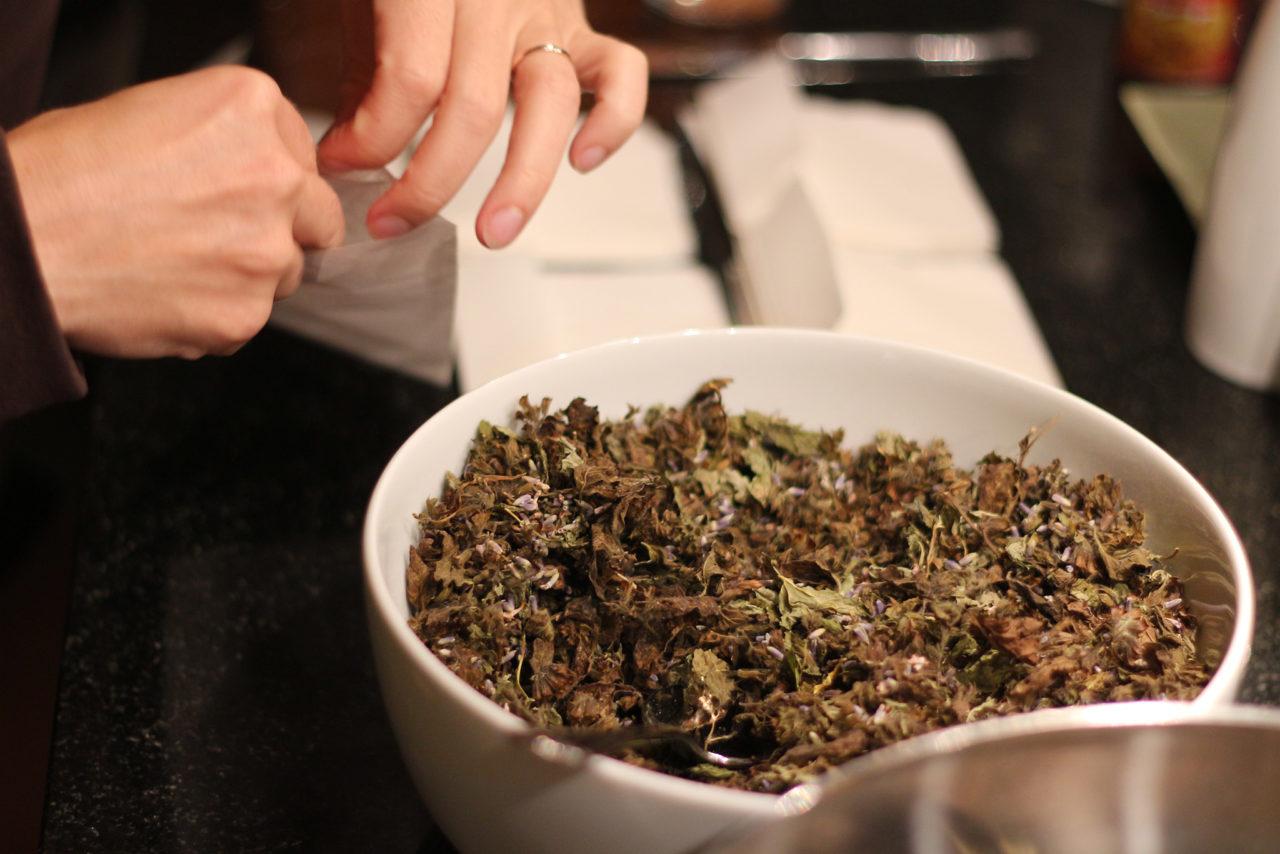 Die wohlig duftenden Kräuter werden im richtigen Verhältnis gemischt.