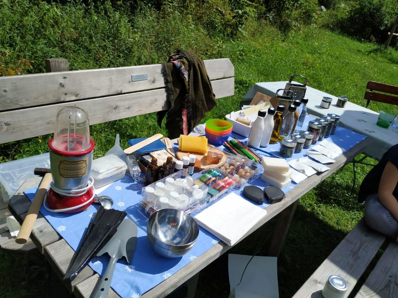 Tisch Kräuterworkshop-Zutaten